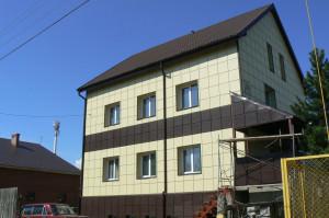 Дом, обделанный фасадными кассетами