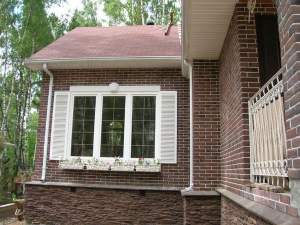 Дом, облицованный искусственным камнем