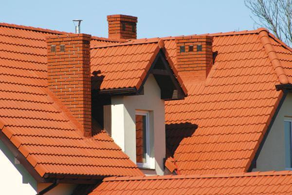 Дом с керамической трубой для дымохода