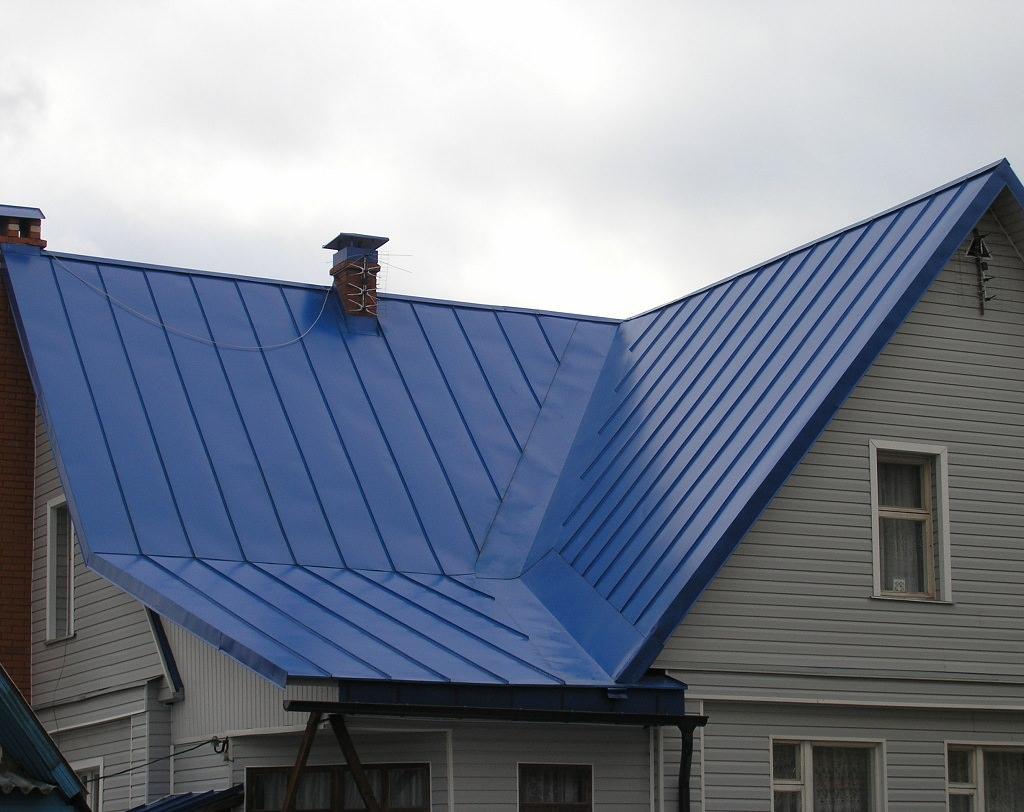 Дом с крышей из фальцевой кровли