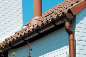 Наружный водосток для крыши