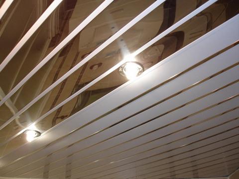 Пластиковая зеркальная панель на потолке