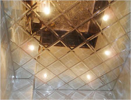 Зеркальная панель на потолке