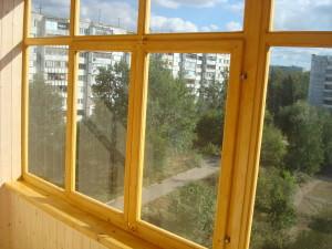 Деревянный остекленный балкон