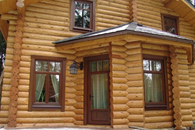 Дом с деревянными окнами