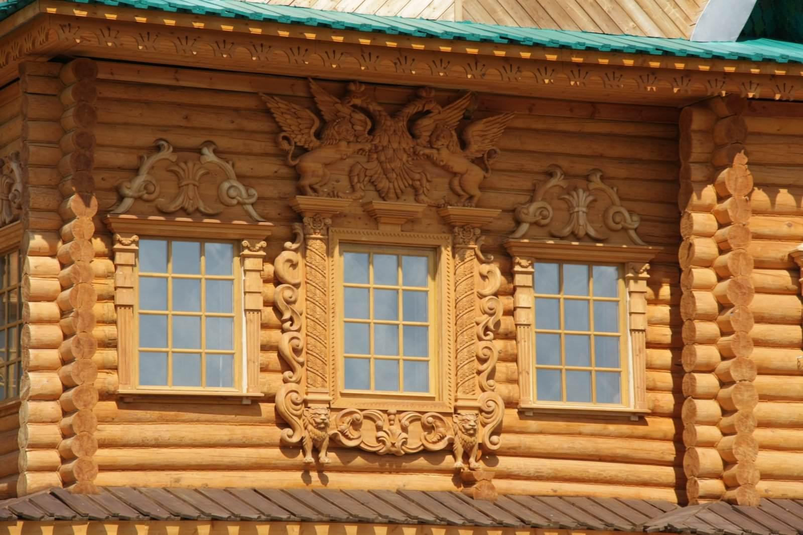 Дом с наличниками на окнах