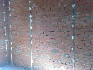 Маячки для выравнивания стены.