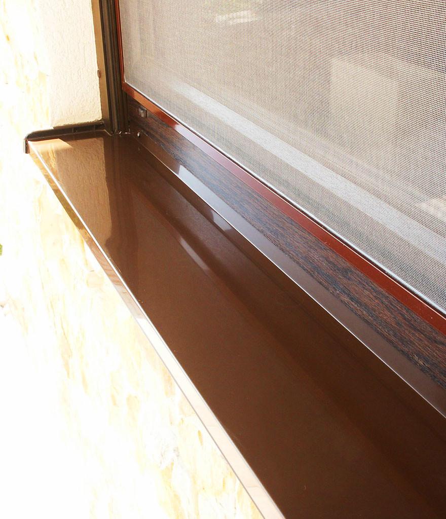 Металлический отлив на окне дома
