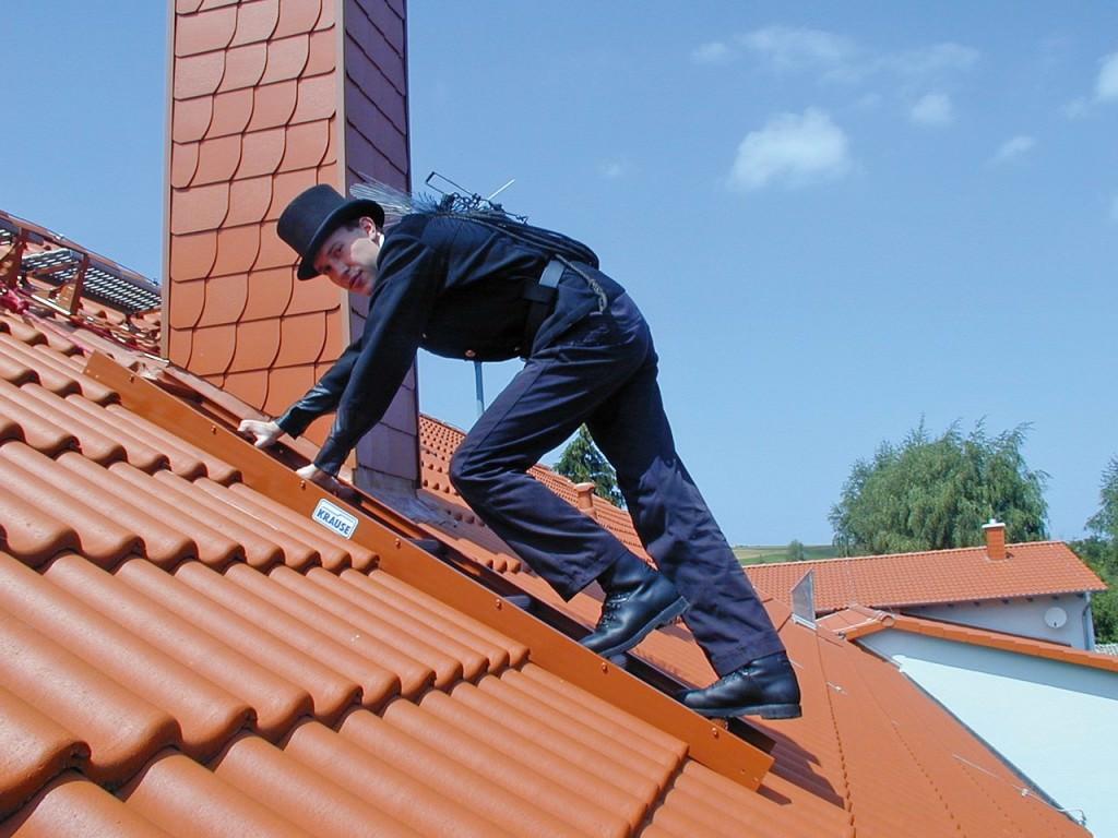 Мужчина на крыше дома