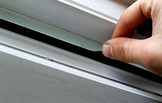 Пластиковое окно с щелью