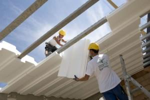 Строители укладывают крышу полистиролом