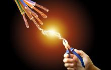 Плоскогубцы и электрические провода