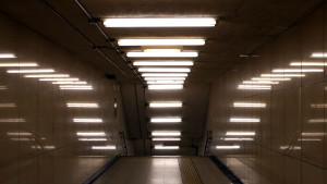 Коридор, освещенный люминесцентными лампами