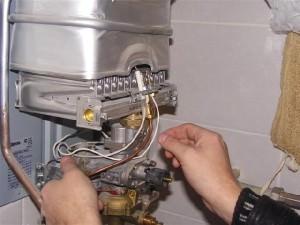 Мужчина чистит газовую горелку для котла