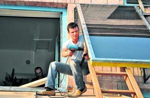 Мужчина устанавливает солнечный коллектор