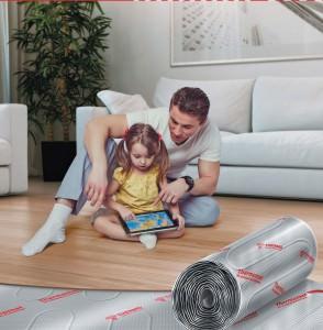 Отец и дочь сидят на теплом полу