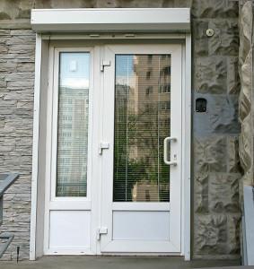 Входная пластиковая дверь со стеклом