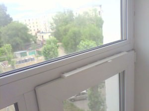 AirBox Comfort на пластиковом окне