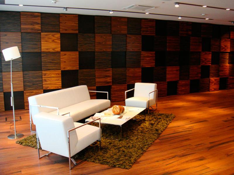 Комната, обделанная стеновыми панелями