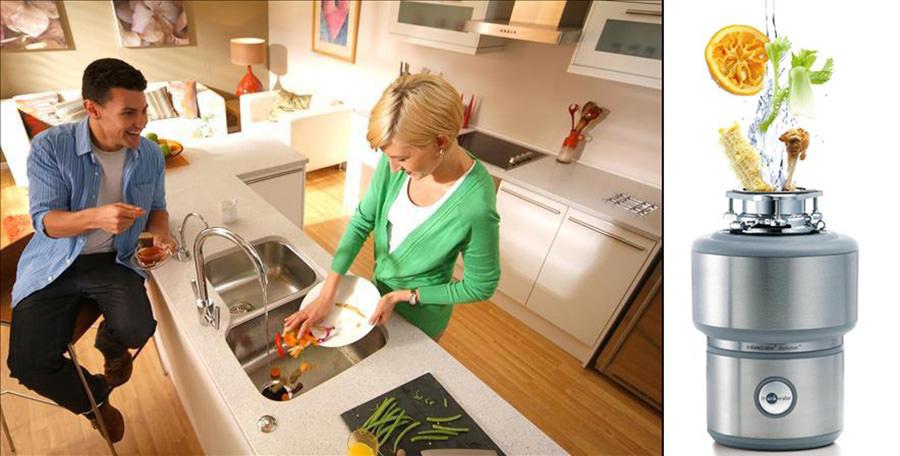 Муж и жена моют посуду
