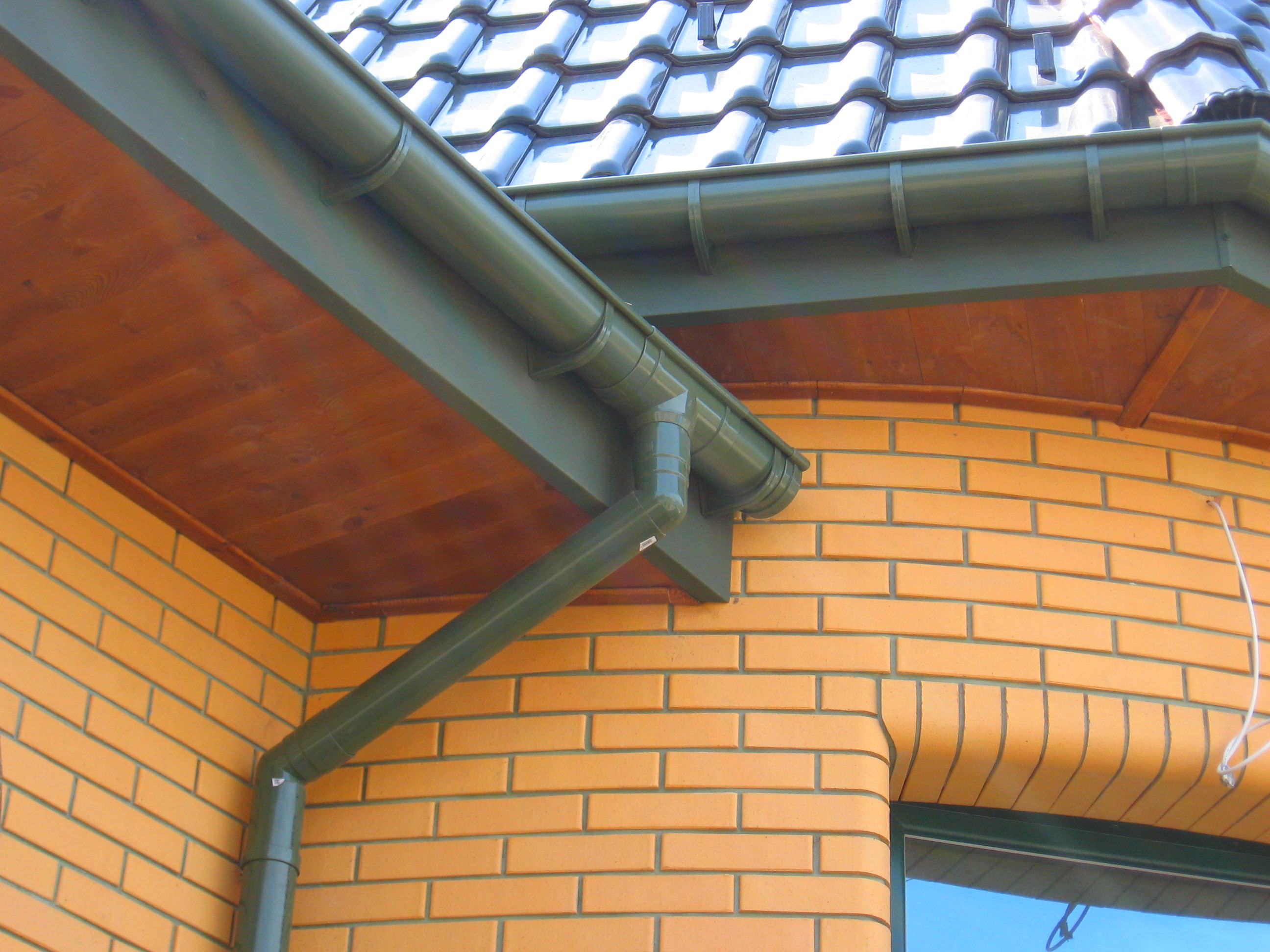 Пластиковый водосток на крыше дома