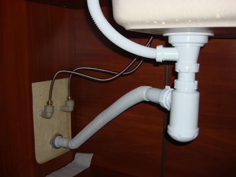 Сифон под раковиной на кухне
