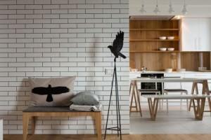Комната со стенами, обделанными плиткой из кирпича