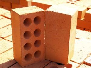 Керамический кирпич является традиционным строительным материалом.