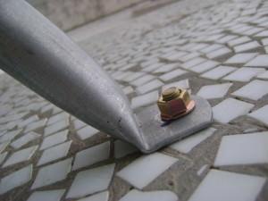Установленный анкерный болт по бетону
