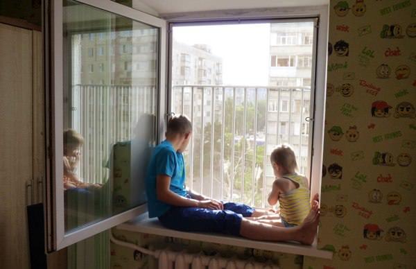 Дети сидят у окна