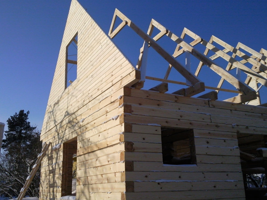 Дом с двускатным фронтоном крыши