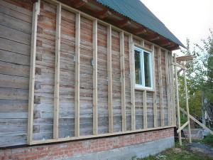 Стена дома с вертикальными брусьями