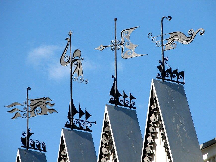 Флюгеры на крышах домов