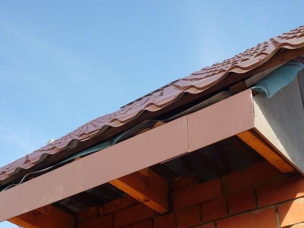Карнизная планка на крыше дома