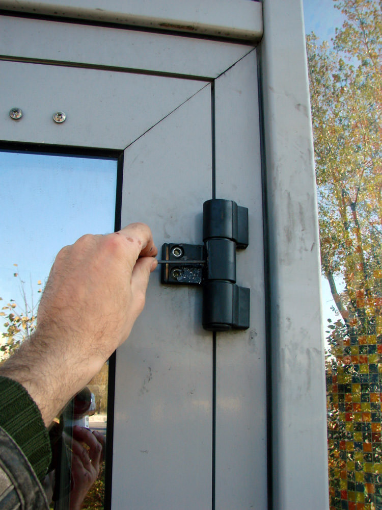 При установке алюминиевых дверей, следует помнить о том, что для них предназначены особые системы, задача которых заключается в обеспечении управления створками нестандартной формы.