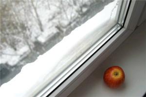 Пластиковое окно и яблоко
