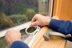 Установка теплосберегающей плёнки на окно