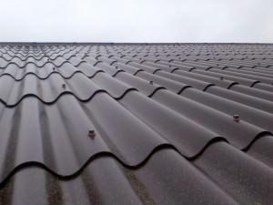 Волновой шифер на крыше дома