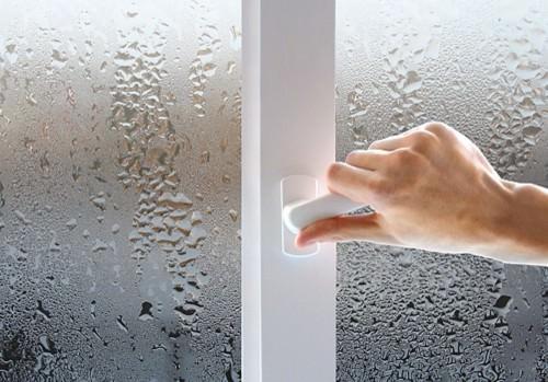 Вспотевшее пластиковое окно