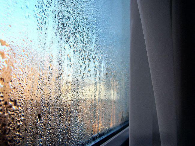 Запотевшее пластиковое окно