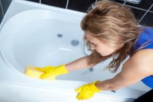 Женщина реставрирует ванну