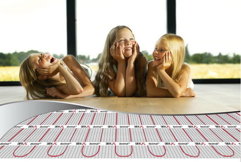 Девочки на теплом электрическом полу
