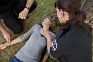Врачи спасают девушку, пораженную электротоком