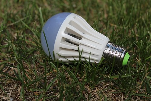 Светодиодная лампа на траве