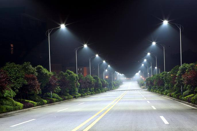 Освещенная улица ночью