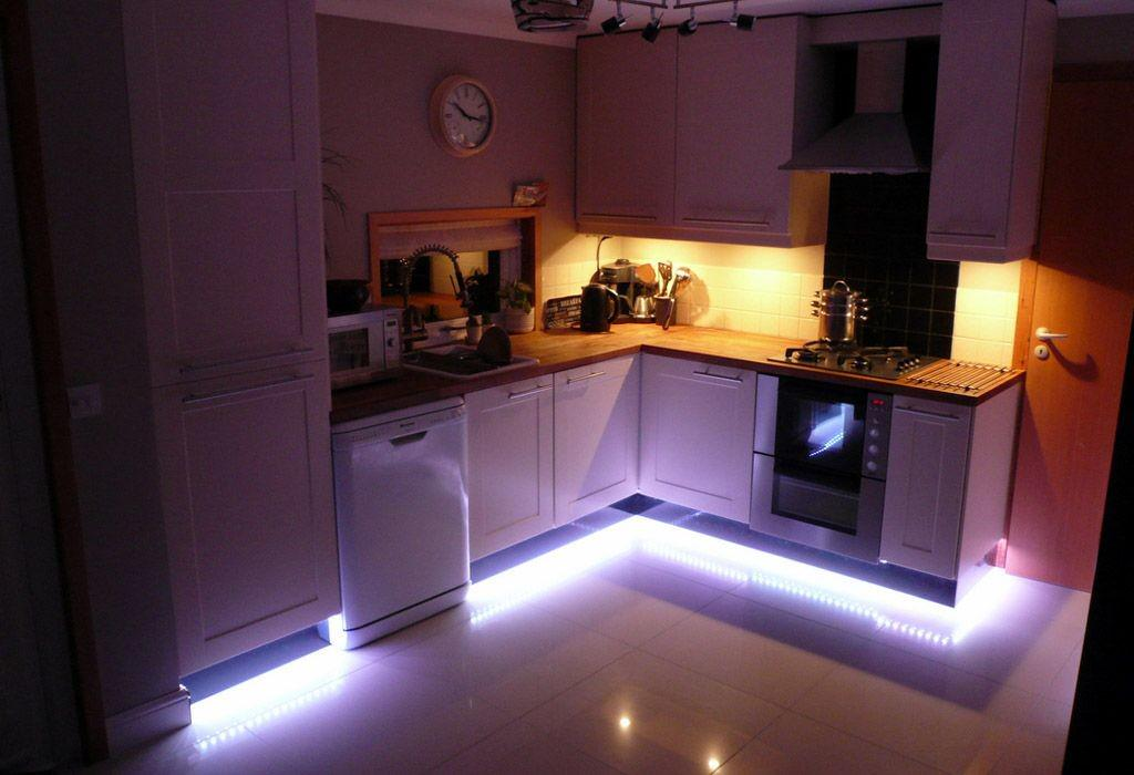 Светодиодная лента, установленная на полу кухни