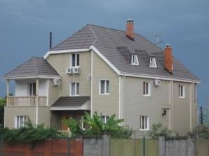 Дом с полувальмовой кровлей