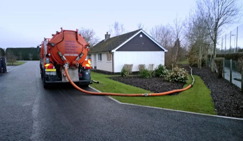Машина откачивает канализацию в частном доме