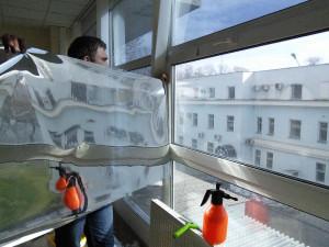 Монтаж пленки на окно