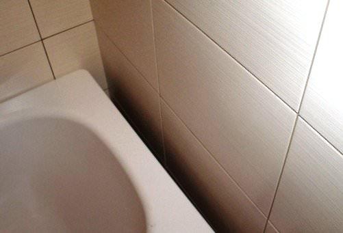 Щель между стеной и ванной